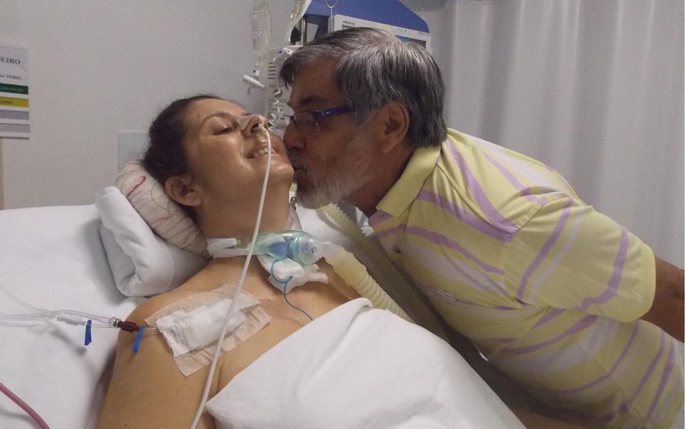 Paciente que ficou tetraplégica após acidente de carro se casa na UTI de hospital