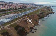 Avião sai da pista e quase cai na água