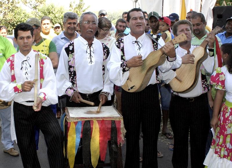 Festa dos 300 Anos da Comunidade de São Gonçalo Beira Rio prossegue com reza e levantamento do mastro