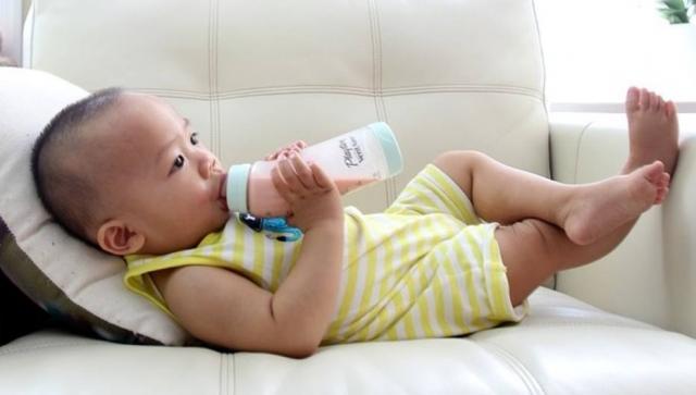 Tomar mamadeira deitado é fator de risco de otites em crianças