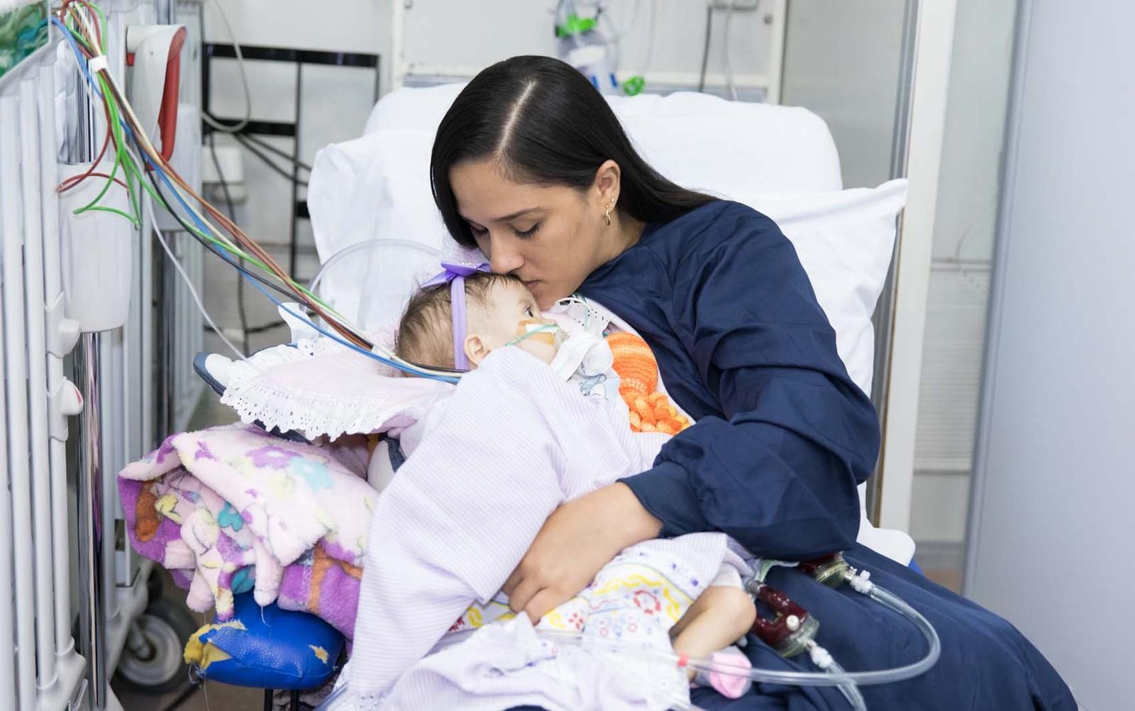 Com dois corações artificiais, menina de 1 ano aguarda transplante no Incor de SP