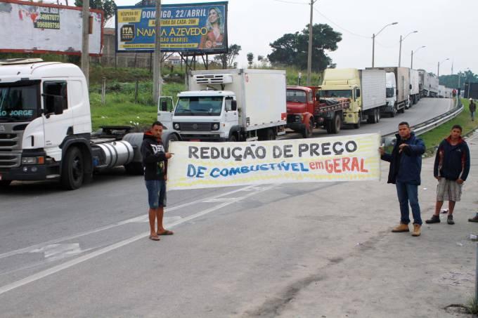 Terceiro dia de greve dos caminhoneiros atinge 24 estados