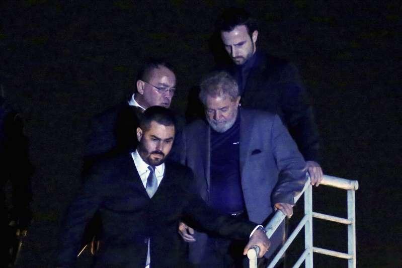 Defesa de Lula pede ao STF que ele fique solto até julgamento de recurso