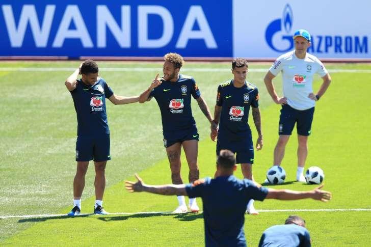 Seleção brasileira: Primeiro treino na Rússia tem invasão de torcedores e ovadas em Coutinho e Fágner