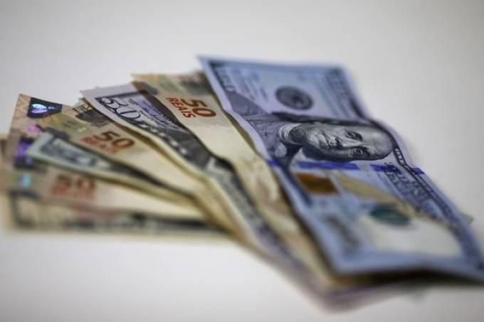 Dólar salta cerca de 1% com aversão ao risco global
