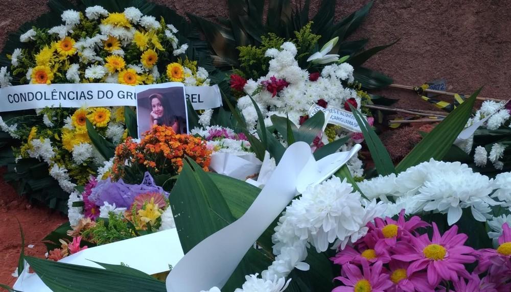 Caso Vitória: com ausência da mãe, garota de 12 anos é enterrada sob forte comoção em Araçariguama