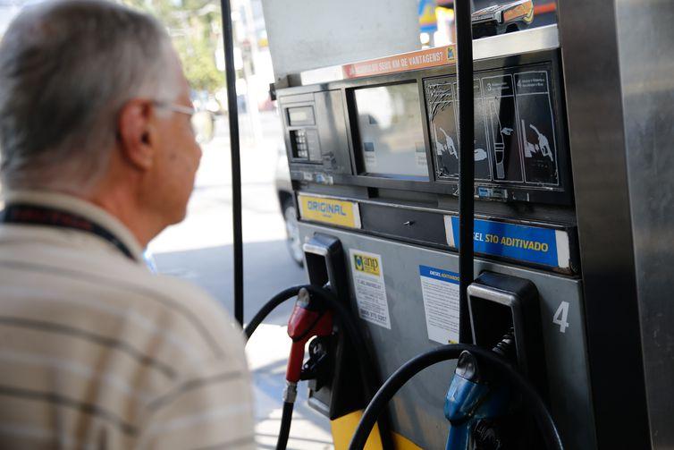 Preço médio da gasolina cai pela terceira semana no país, diz ANP