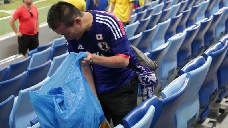 'Mania' dos torcedores japoneses de recolher o lixo se espalha na Copa da Rússia