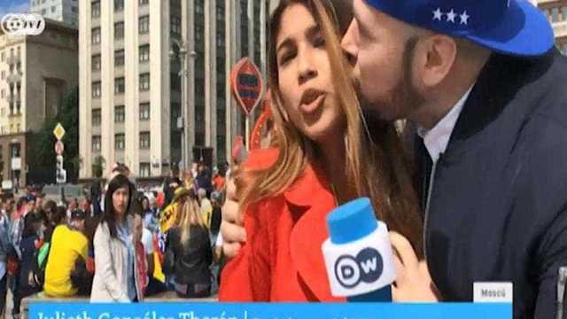 Beijo e mão no seio: repórter é assediada durante 'ao vivo' na Rússia