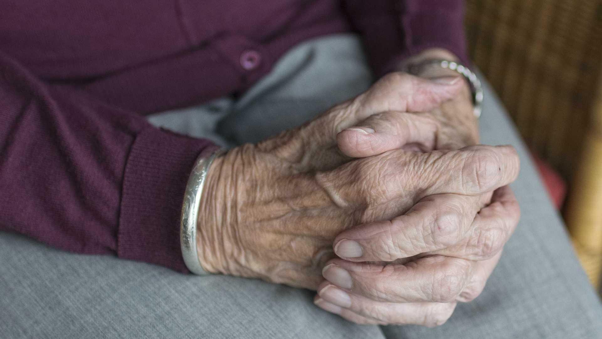 Em noite fria, idosa é abandonada na porta de asilo em SC