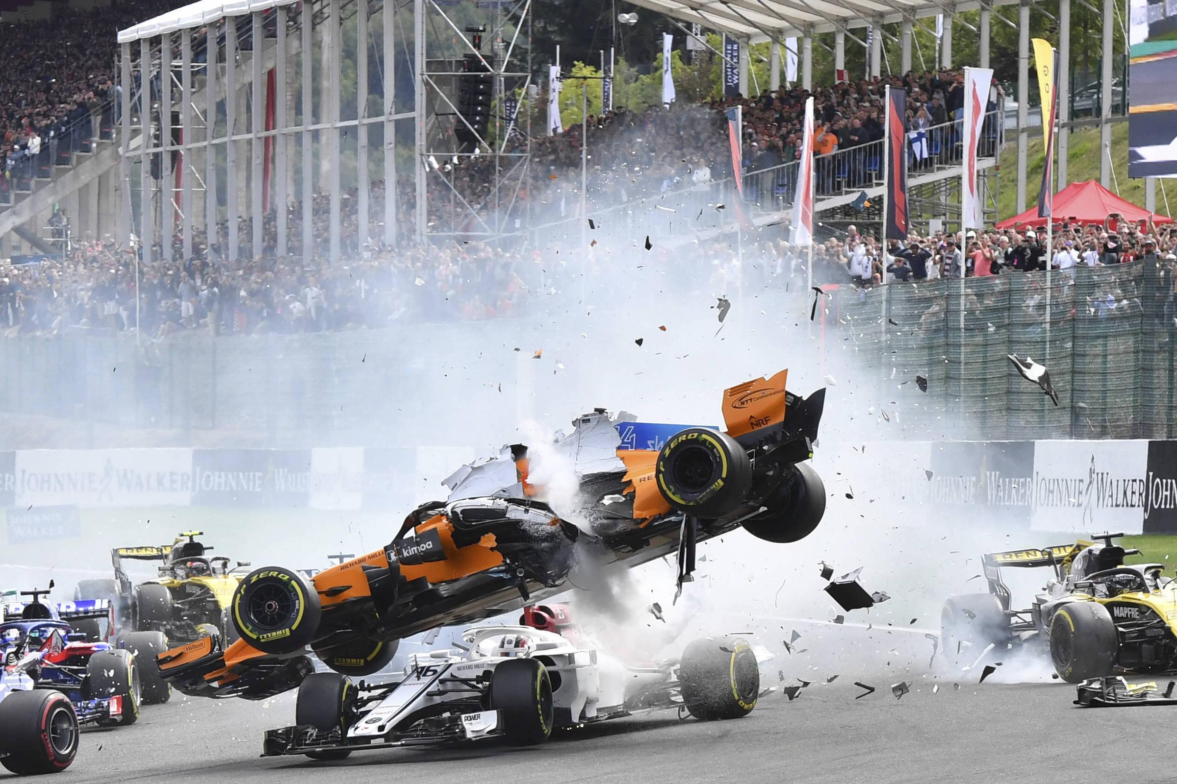Vettel faz corrida perfeita e vence em prova marcada por 'voo' de Alonso