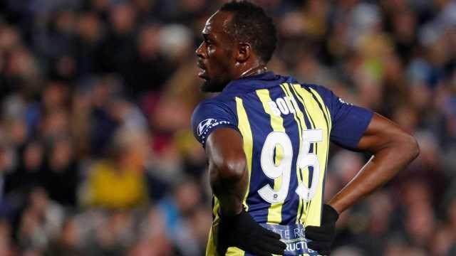 Estreia de Bolt no futebol tem canelada e até chance de gol perdida