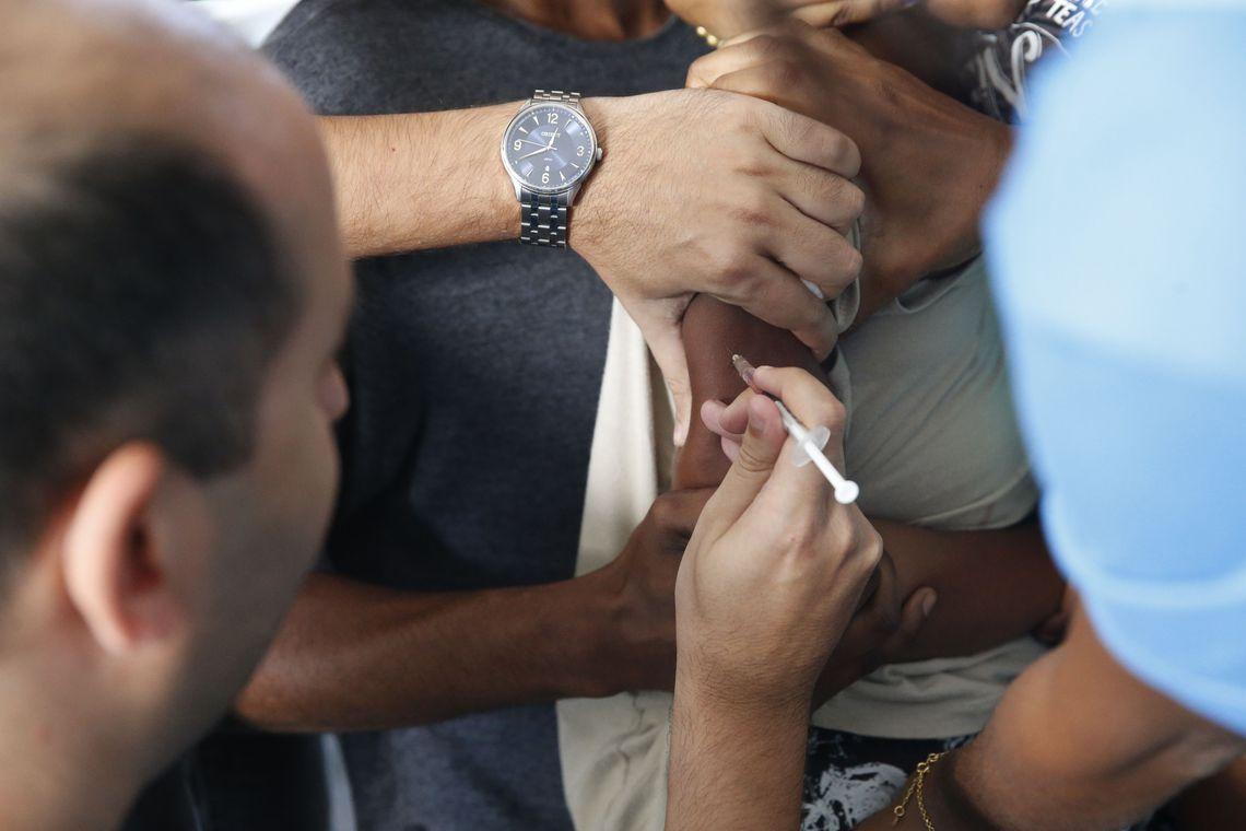 Se pararmos de vacinar, doenças voltarão mais fortes, diz ministério