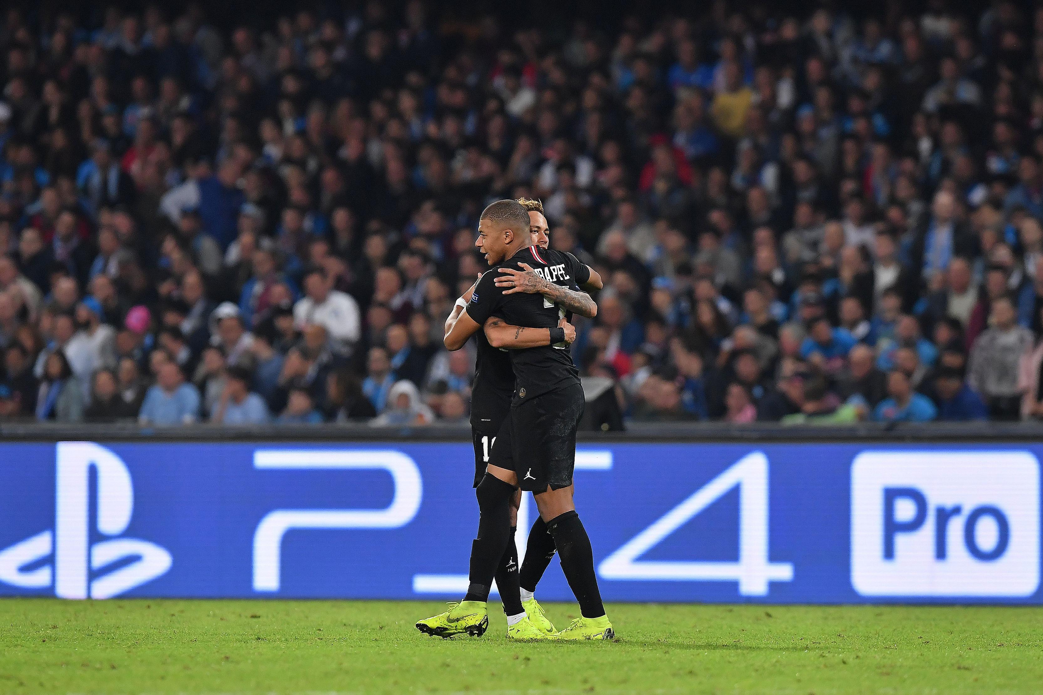 Neymar e Mbappé treinam normalmente e devem reforçar PSG na Champions