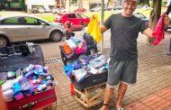 Sorridente, ex-detento vende meias e cuecas usando tornozeleira em MS: 'Não me envergonho, tô trabalhando'