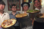 Amigos com síndrome de Down abrem pizzaria após não conseguirem emprego.