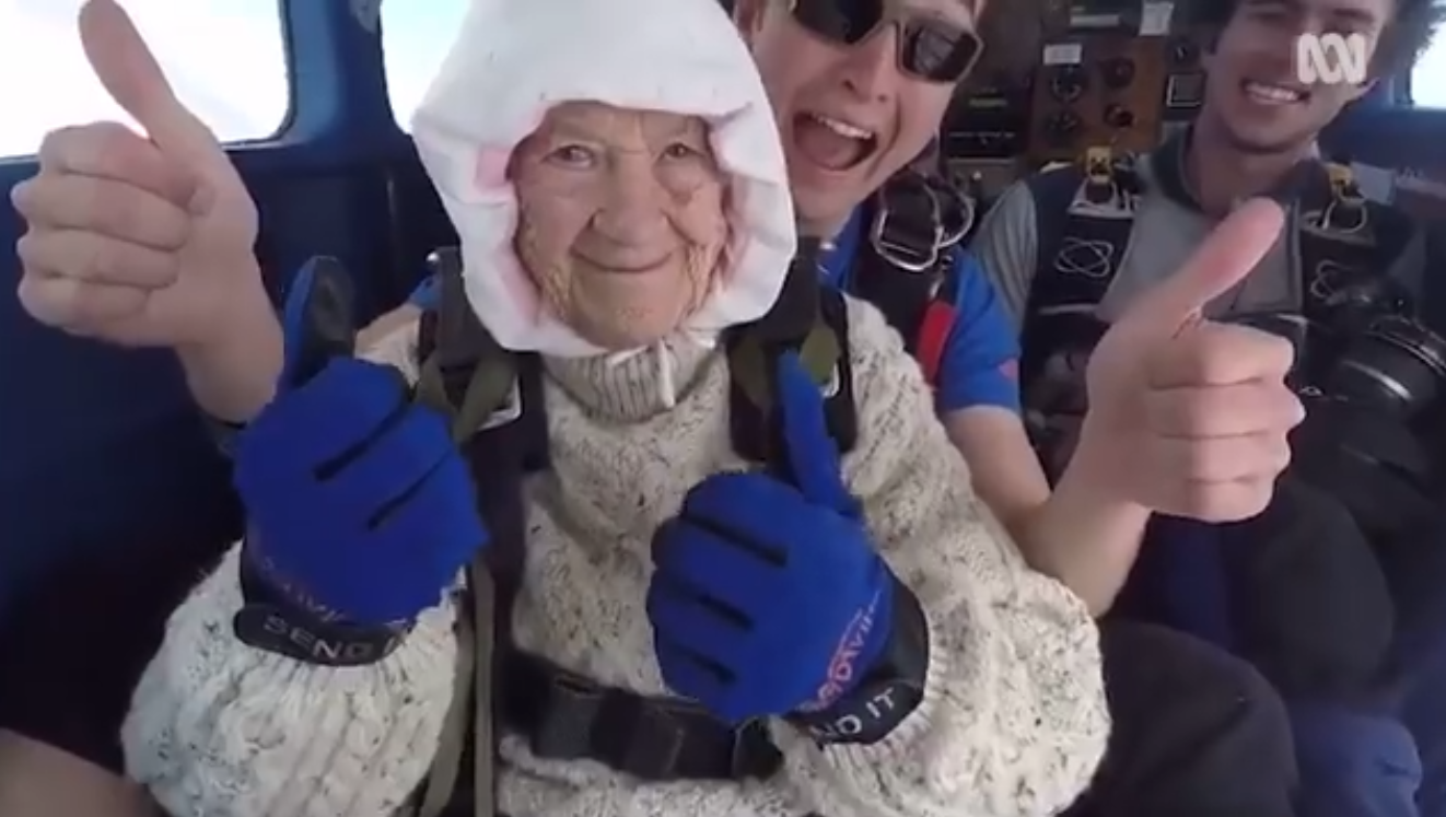 Idosa de 102 anos se torna pessoa mais velha do mundo a saltar de paraquedas