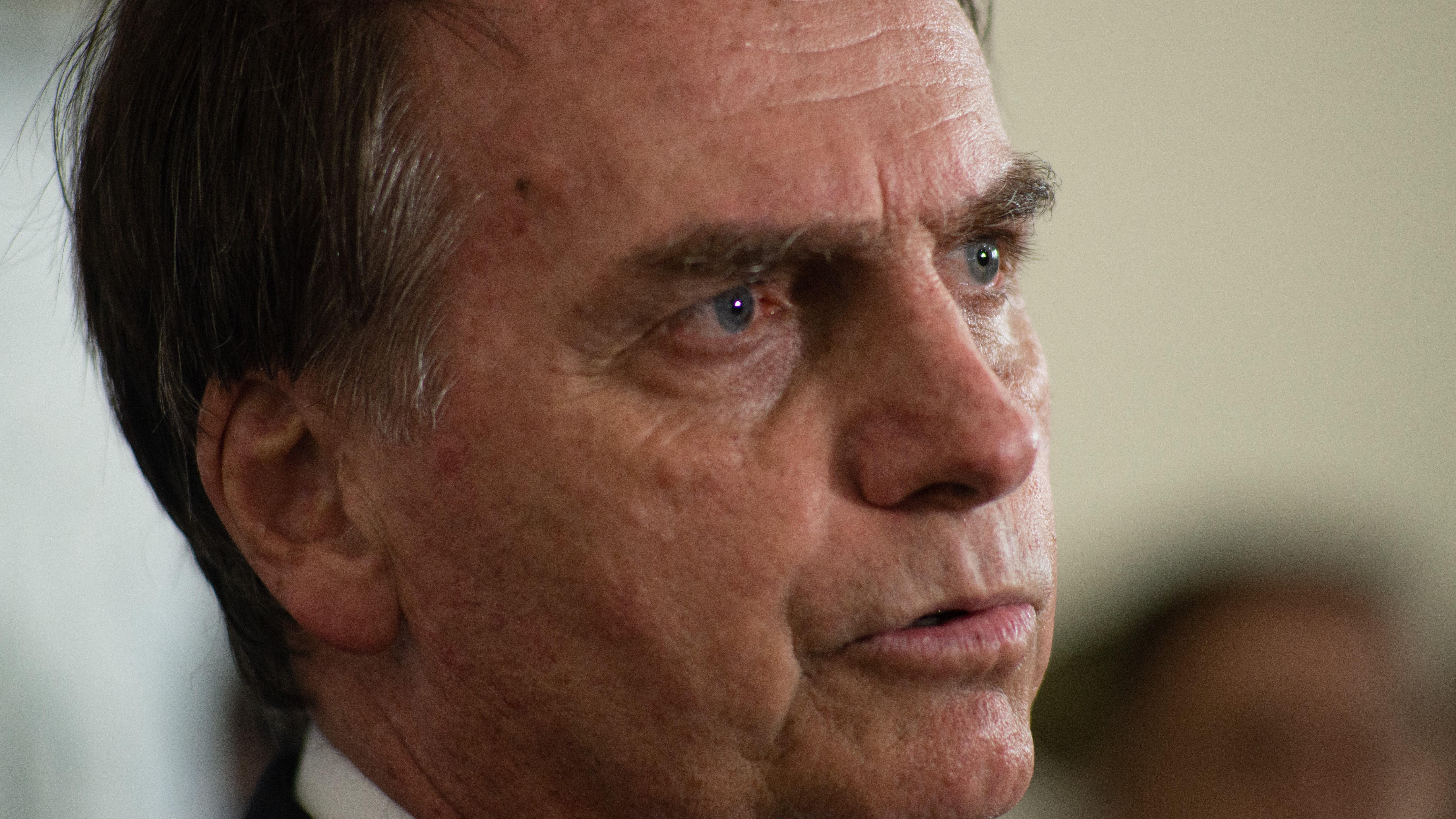 Bolsonaro diz que tem acordo com Moro para afastar ministro após denúncia robusta