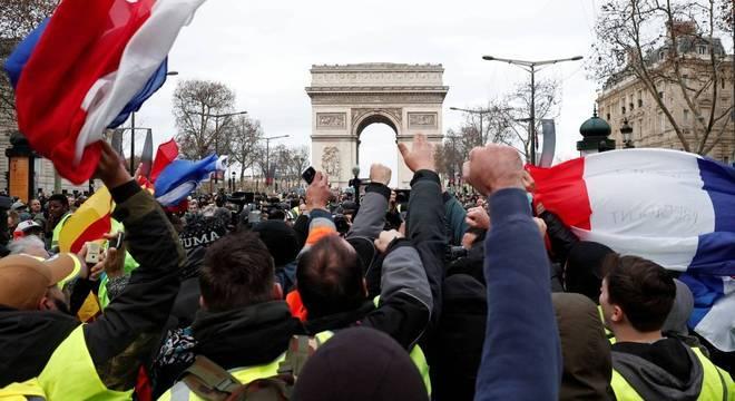 Ato de 'coletes amarelos' começa com confrontos e gás lacrimogêneo em Paris