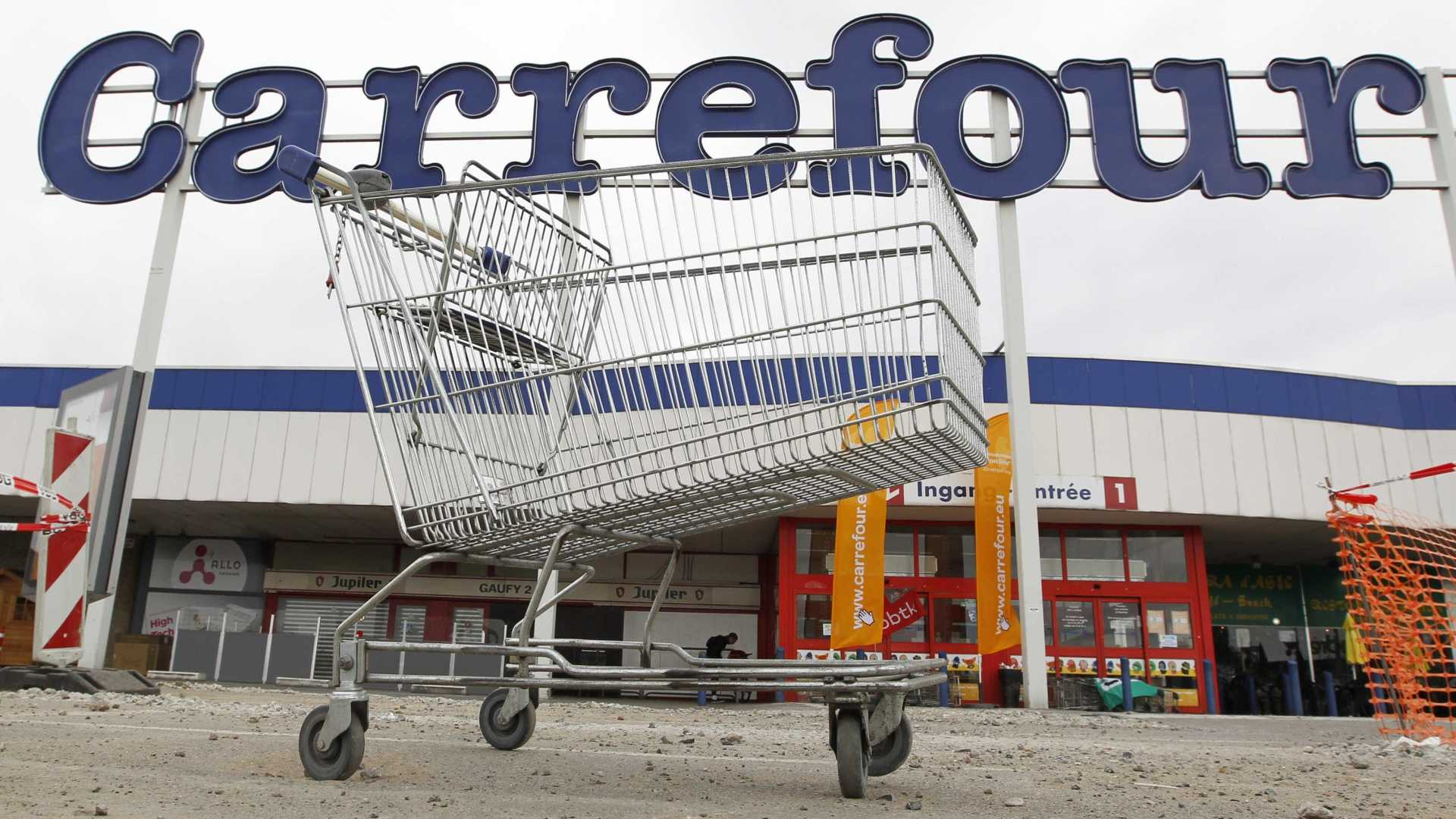 Prefeitura aponta escoriações múltiplas em cão morto em supermercado