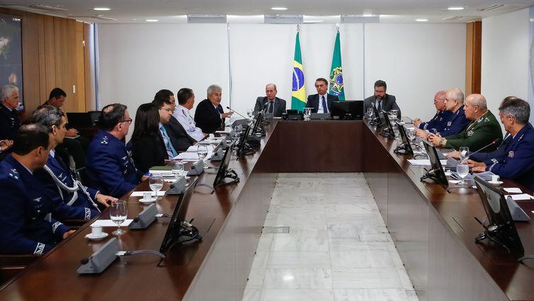 Bolsonaro diz que não se opõe à fusão entre Embraer e Boeing