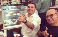 Flávio Bolsonaro empregou mãe e mulher de PM do Rio suspeito de comandar milícia