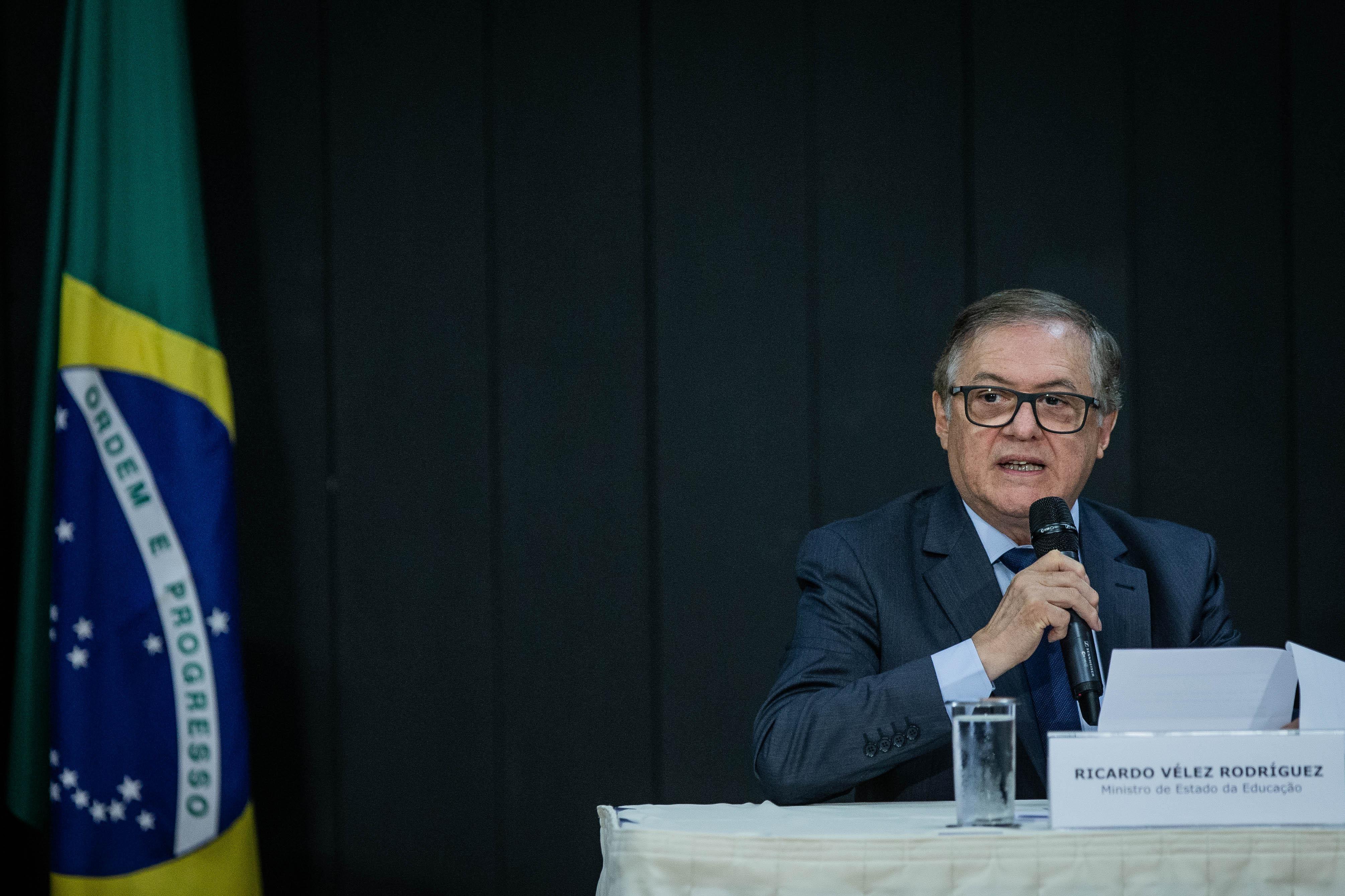 Gestão Bolsonaro muda edital de livros, abre margem para erros e retira violência contra a mulher