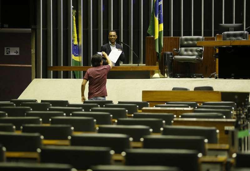 Em mês de recesso, deputados contratam 124 assessores