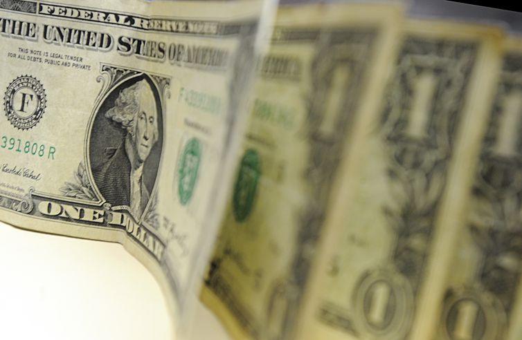 Ibovespa bate novamente recorde; dólar e euro fecham em queda