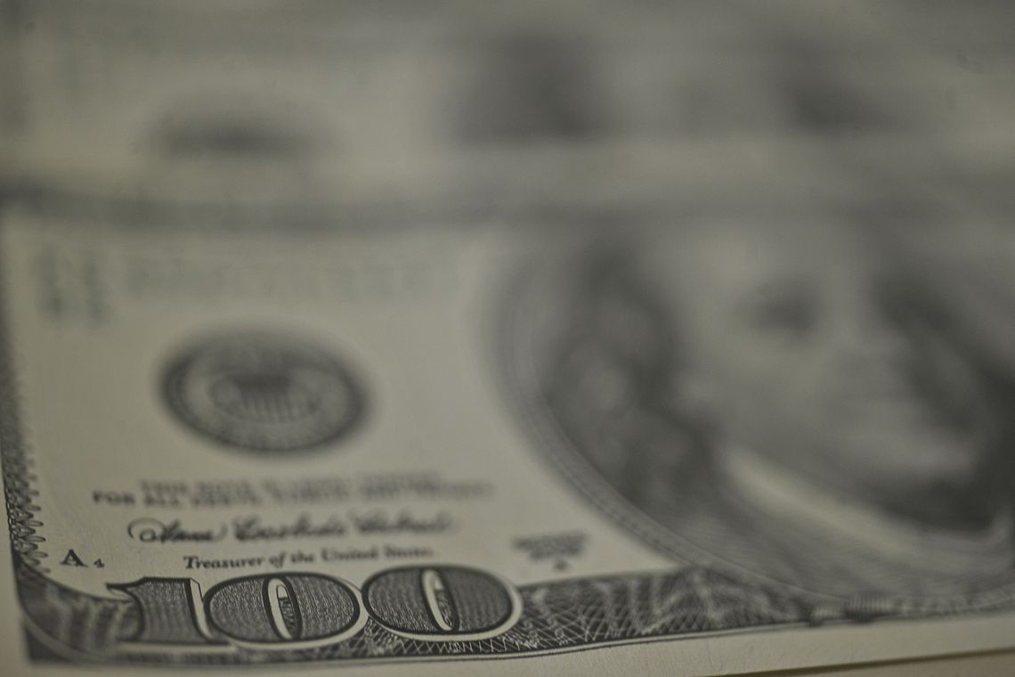Bolsa encerra semana em leve queda; dólar é cotado a R$ 3,71