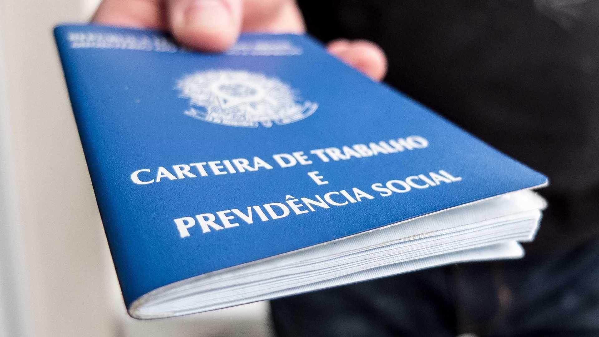Bolsonaro e 141 ex-deputados já podem se aposentar com até R$ 33,7 mil