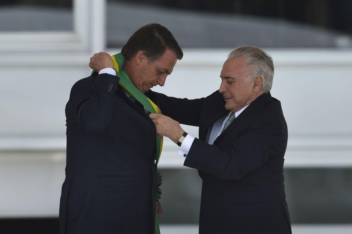 Após receber faixa, Bolsonaro defende fim de corrupção e de vantagens