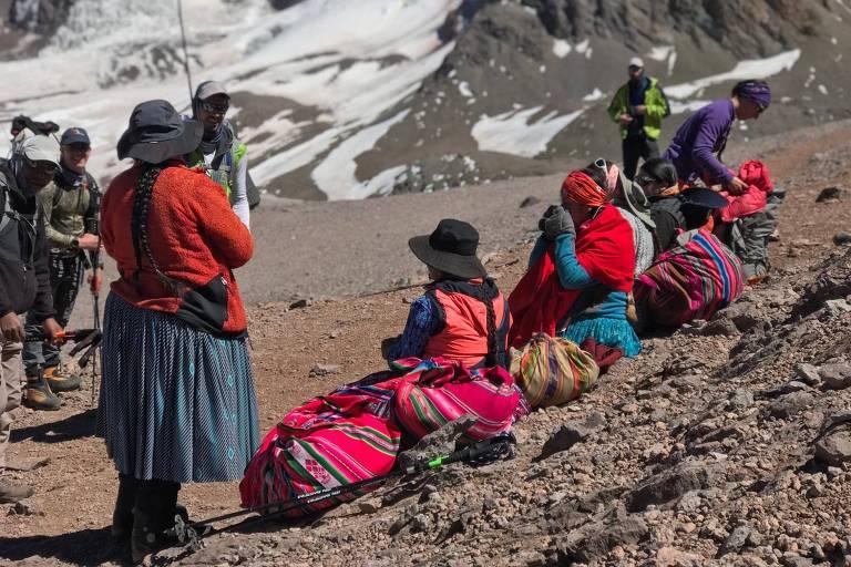 De saias e pedindo licença à terra, 'cholitas' chegam ao topo do Aconcágua