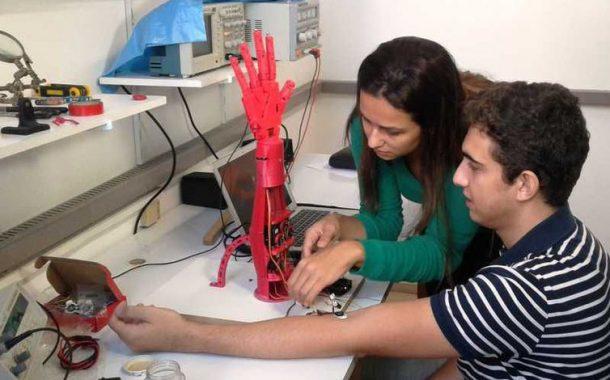 Universitários do Rio criam prótese para amputados de membro superior