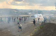 Manifestantes lançam coquetéis molotov contra base do Exército da Venezuela na fronteira com o Brasil