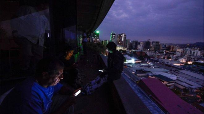 Crise na Venezuela: Apagão deixa mais da metade do país sem luz e governo fala em 'guerra elétrica'