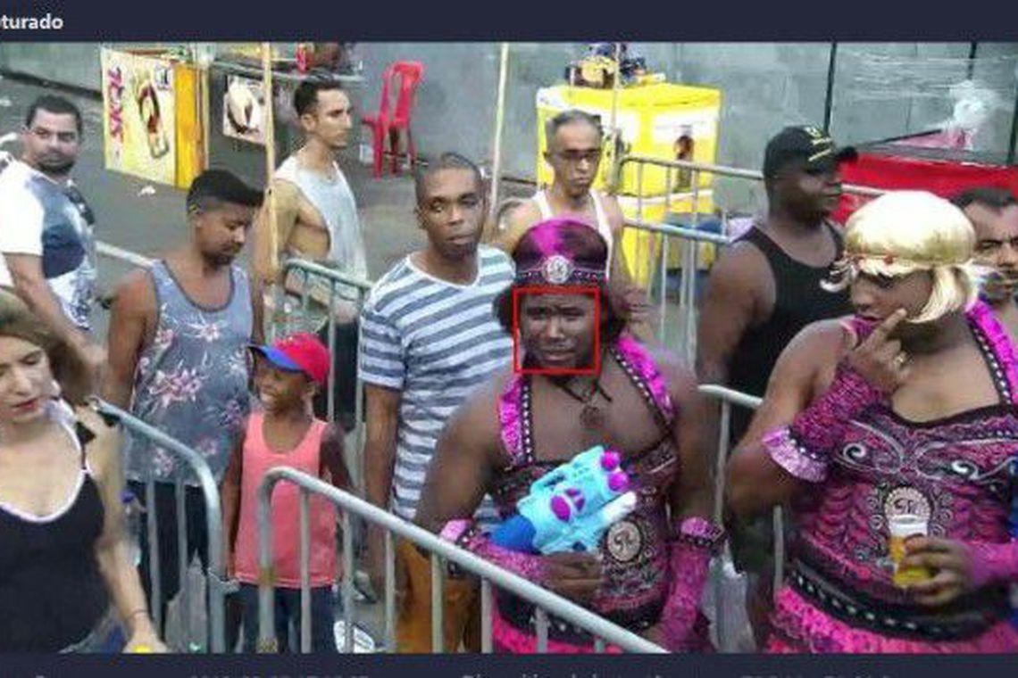 Flagrado por câmera, fugitivo é preso vestido de mulher no carnaval