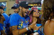 Neymar deixa Sapucaí amparado por amigos