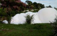 Poluição no Rio Tietê forma 'iceberg' de espuma no interior de SP