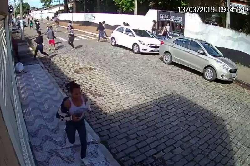 Vídeo mostra atiradores estacionando, e alunos fugindo de escola em Suzano...