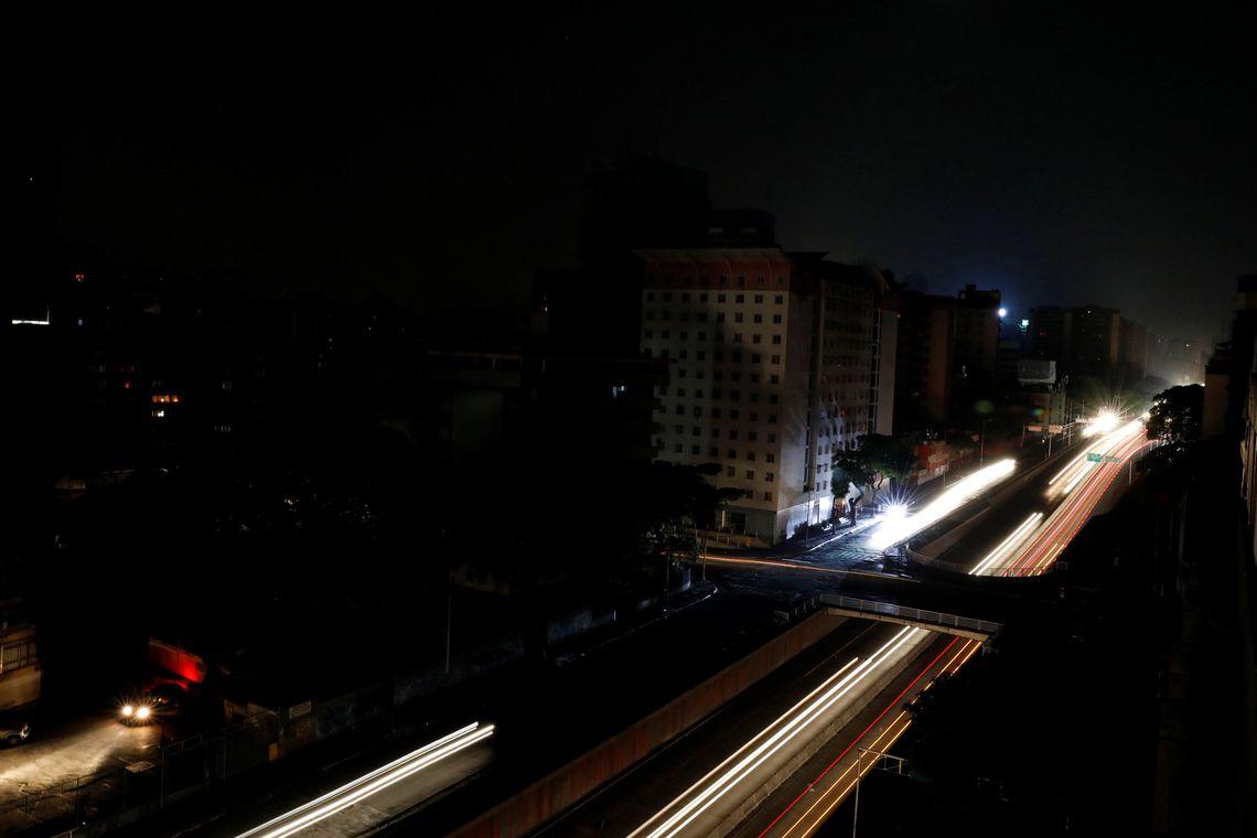 Pelo menos 17 pacientes morreram devido a apagão na Venezuela, diz ONG
