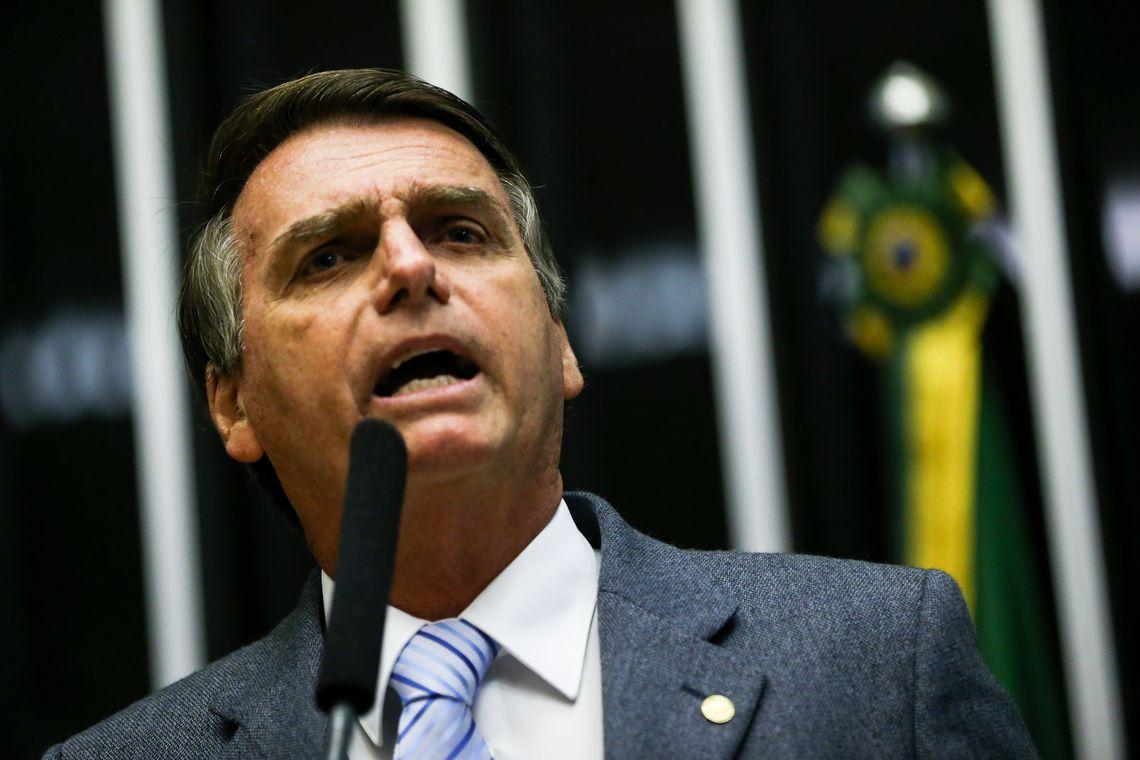 Bolsonaro participa de assinaturas de contratos no setor elétrico
