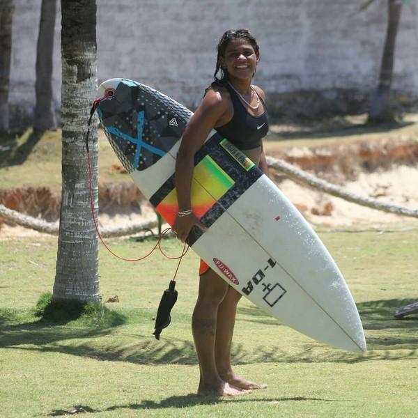 Campeã de surfe morre após ser atingida por raio em praia de Fortaleza; outro surfista está em estado grave