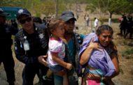México acaba com política de portas abertas e detém quase 400 imigrantes a caminho dos EUA
