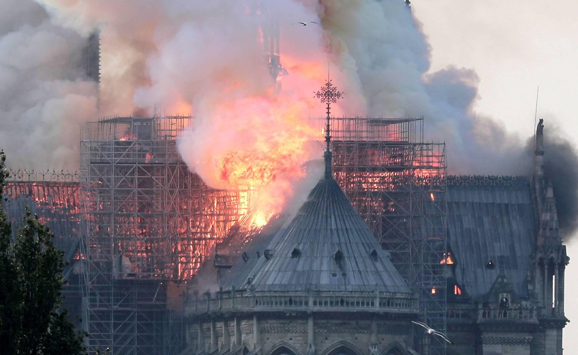 Incêndio atinge a Catedral de Notre Dame em Paris