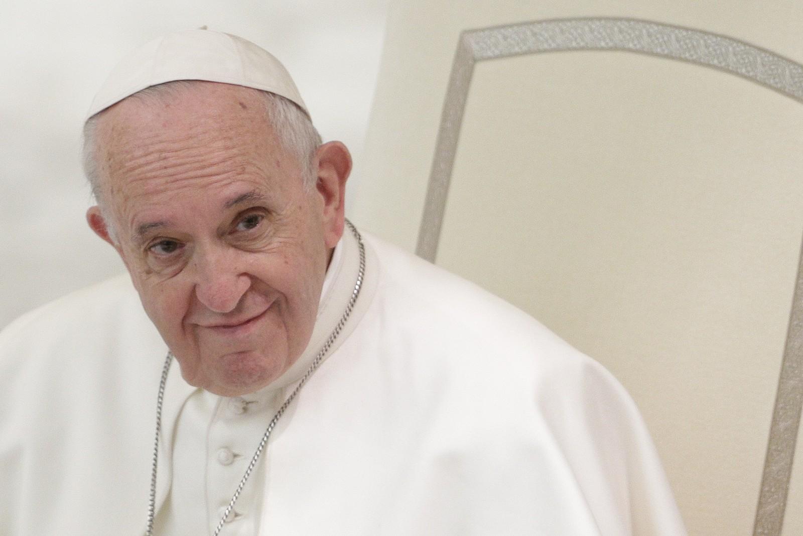 Papa diz que pessoas que rejeitam homossexuais 'não têm coração humano'