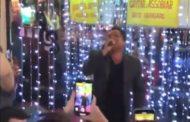 Leonardo aparece de surpresa em karaokê de São Paulo e canta 'Evidências'
