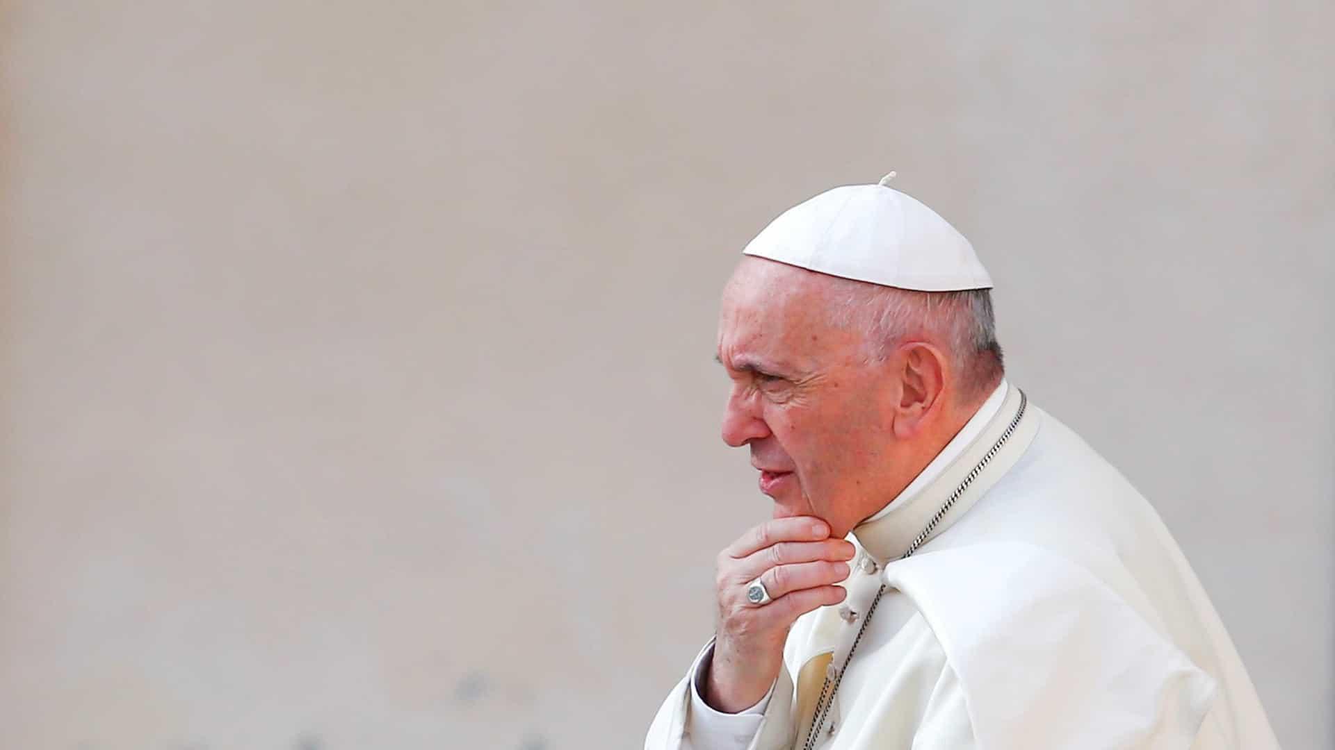 Papa condena