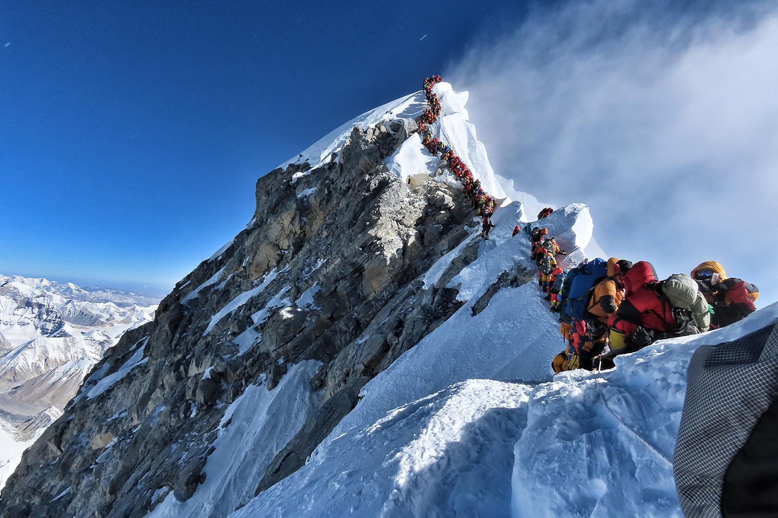Everest tem 4 mortes; foto mostra superlotação de escaladores no topo da montanha