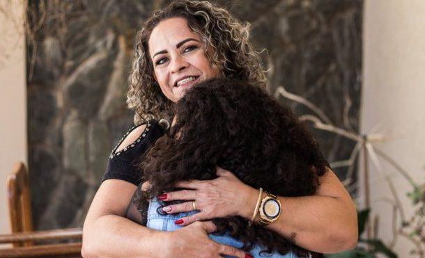 'Decidi adotar minha filha após desfilarmos na passarela': as mães que adotaram jovens após evento polêmico